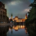 Primaria și Biserica Sf Ladislau reflectată în Crișul Repede