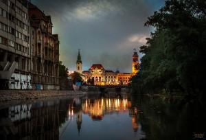 Primaria si Biserica Sf Ladislau reflectata in Crisul Repede