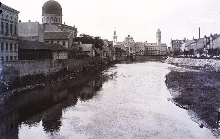 Crișul Repede și vechile clădiri de pe malul stâng