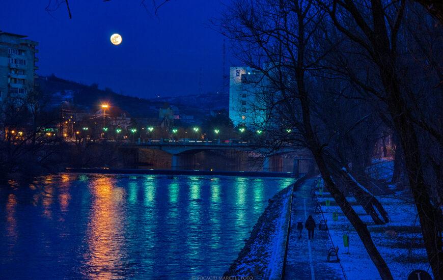 Luna plina deasupra Crisului