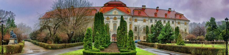 De vizitat: Palatul baroc – Palatul cu 365 de ferestre.
