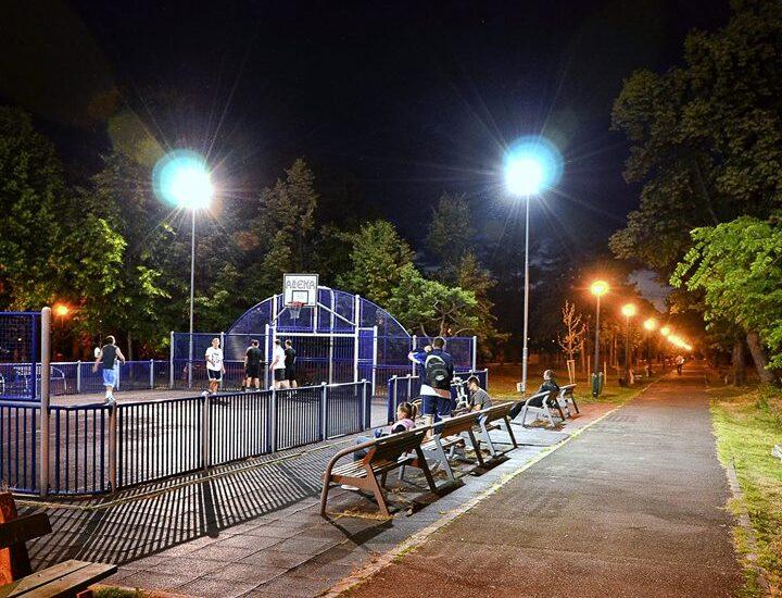 Un baschet in Parcul Bratianu