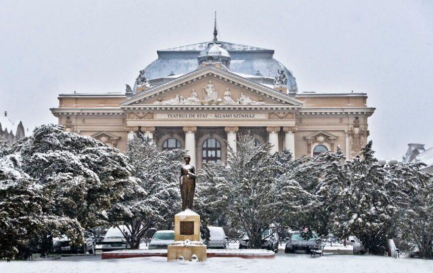 Teatrul de stat si Statuia Regina Maria